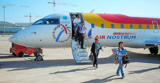 Pasajeros bajando de un avión de Iberia.