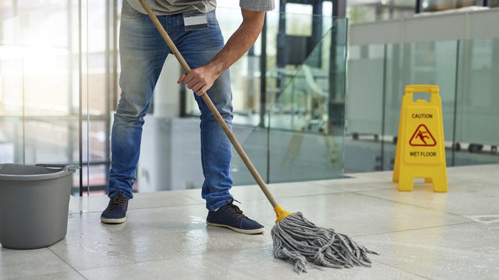 Un trabajador de la limpieza.