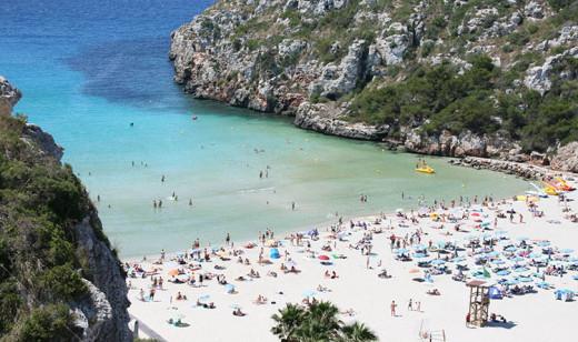 Turistas en una playa de Menorca.