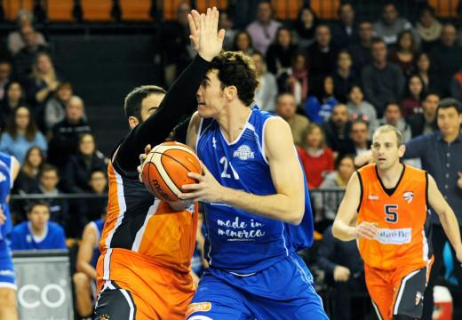 Andreu Matalí trata de anotar (Foto: Tolo Mercadal)