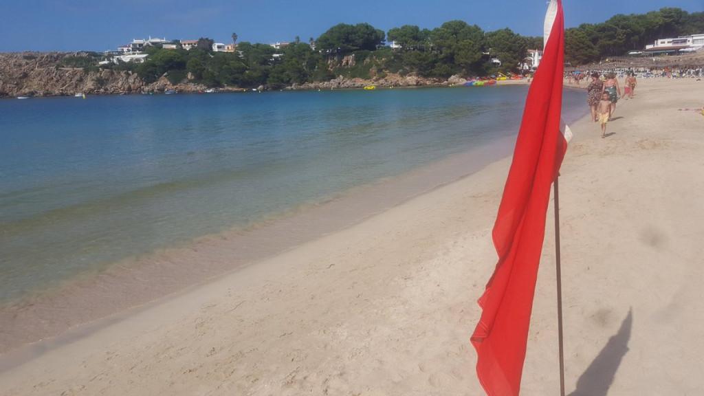 Bandera roja en la playa (Fotos: Mia Pons)