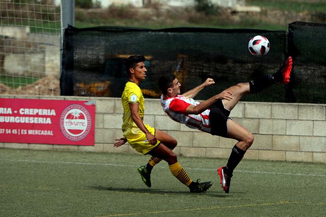 Elliot despeja el balón de forma acrobática (Fotos: deportesmenorca.com)