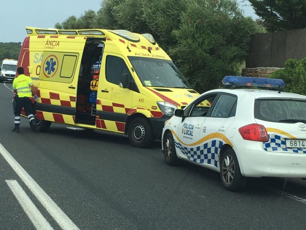 Coche de la policía local y una ambulancia, en el lugar del suceso (Foto: Karlos Hurtado)