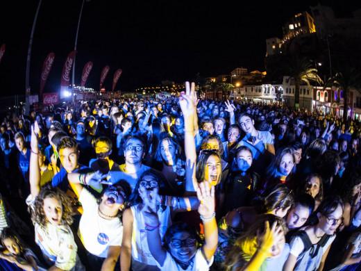 (Fotos y vídeos) La fiesta más dance regresa al puerto de Maó