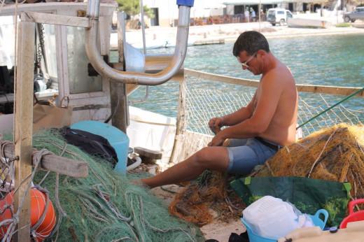 Fotografía de un pescador realizando las tareas diarias