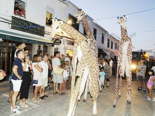 (Fotos) Un desfile de carrozas, luz y color ilumina Sant Lluís