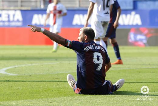 Enrich protesta una jugada desde el suelo con el brazalete de capitán (Foto: laliga.es)