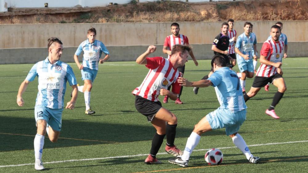 Carlos Febrer desplaza el balón (Fotos: Karlos Hurtado)