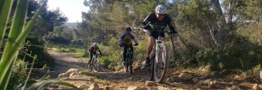 Tres corredores en una etapa del año pasado (Foto: Volta a Menorca)