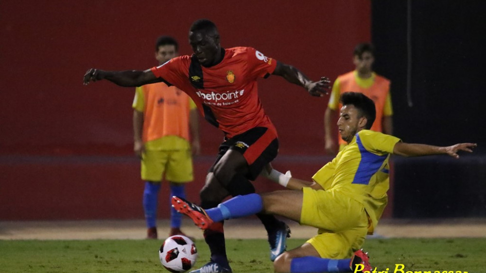 Marou trata de interceptar la pelota (Fotos:  Patricia Bennassar - futbolbalear.es)