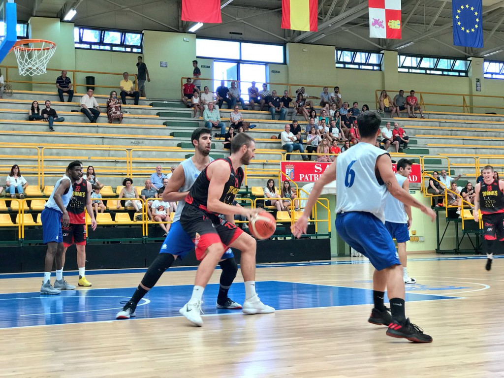 Poyatos defiende a un jugador del Tormes (Foto: Hestia Menorca)