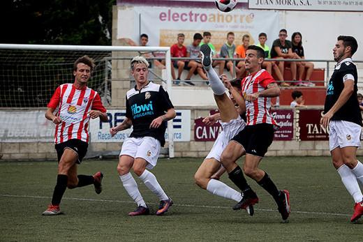 Elliot y Carlos disputan un balón (Foto: deportesmenorca.com)