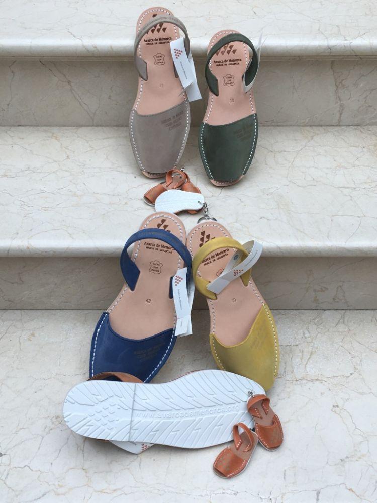 Además del calzado entregan llaveros promocionales.