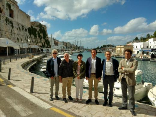 El conseller Marc Pons y la alcaldesa  Joana Gomila acompañados de representantes de comercios, restauración, Club Náutico y Cofradía de Pescadores