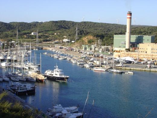 Central de GESA en el puerto de Maó, el más importante foco de contaminación de la isla