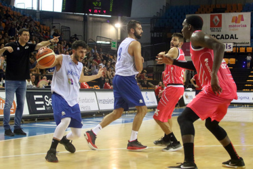 Xavi Hernández, en acción ante Raven Barber (Fotos: deportesmenorca.com)