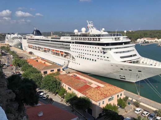 Dos cruceros hoy en el puerto de Maó