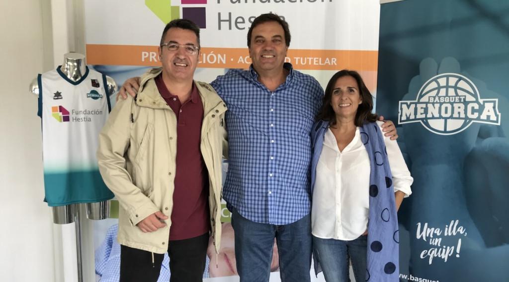 Andreu Hernández (Fundació), Oriol Segura (club) y Lola Maiques (Hestia), tras la firma del acuerdo (Foto: Hestia Menorca)