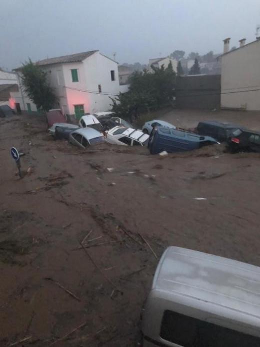 Imagen de los vehículos arrasados por la riada (Foto InfoMetetoTuit)
