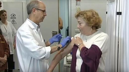 Una mujer vacunándose.