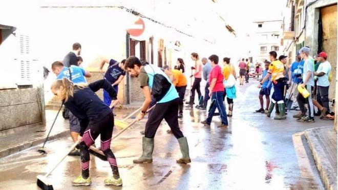 Voluntarios en labores de limpieza.