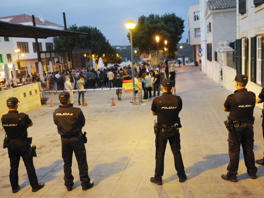 (Fotos) 150 personas recuerdan el 1-O catalán en Maó