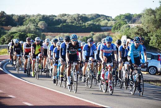 Corredores en la Vuelta en una anterior edición (Foto: Asociación Cicloturista de Menorca)