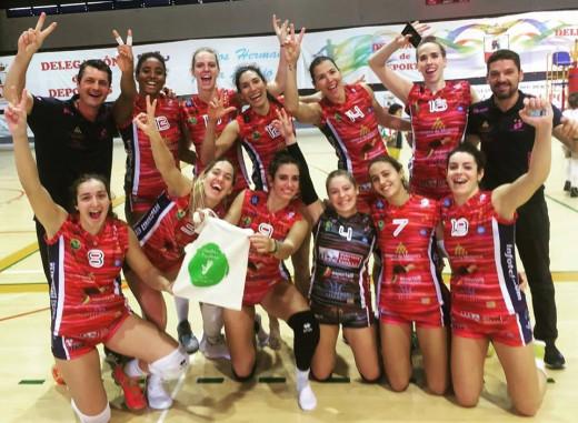 Jugadoras y cuerpo técnico celebran el triunfo tras el partido (Foto: CV Ciutadella)
