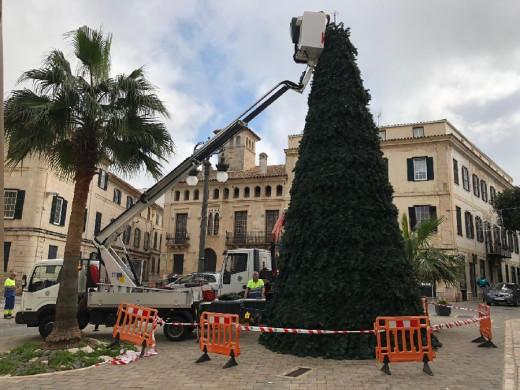 El ayuntamiento de Maó ya ha comenzado a adornar las calles para las fechas navideñas