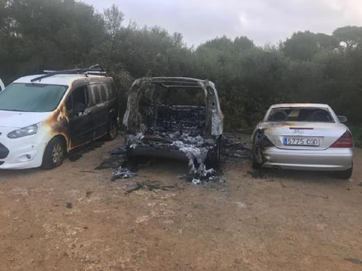 El incendio afectó a dos vehículos aparcados al lado del que sufrió el cortocircuito