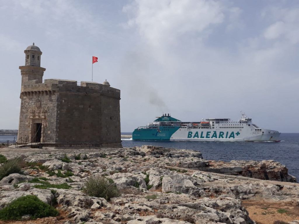 Buque de Baleària en Ciutadella.