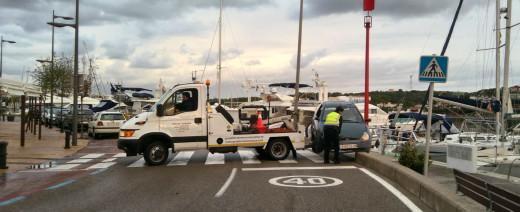 La grúa, retirando esta mañana el vehículo accidentado.