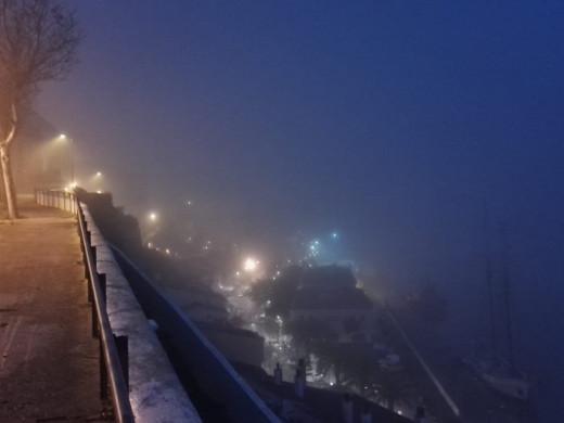 (Galería de fotos) Maó se despierta cubierta de niebla, que obliga a cerrar el puerto