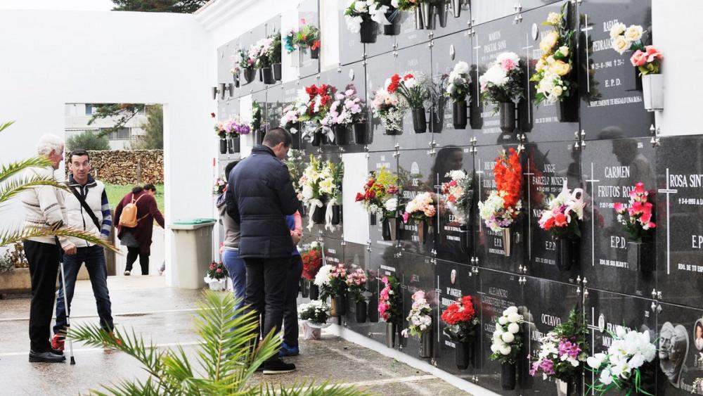 Visitas al cementerio de Maó (Fotos: Tolo Mercadal)