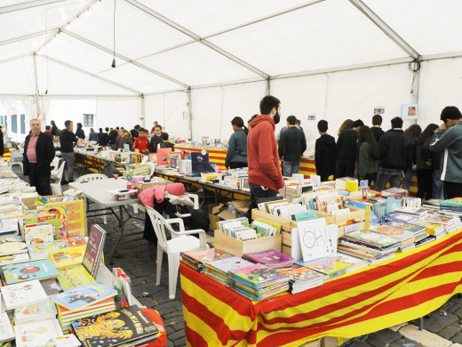 (Fotos) La Fira del Llibre en Català se topa con la lluvia