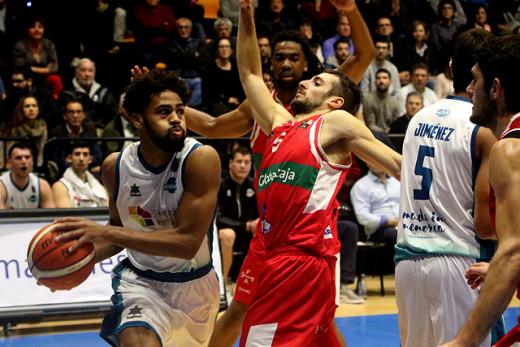 Pack busca asistir a un compañero ante el Villarrobledo (Foto: deportesmenorca.com)