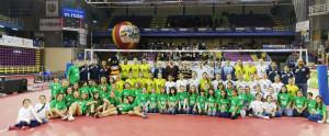 Foto de familia de jugadoras y técnicos.