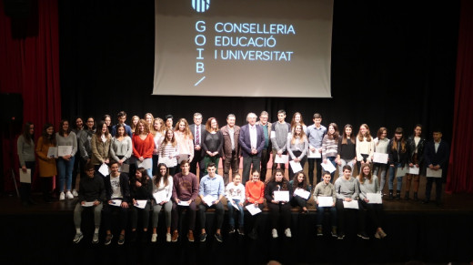 El alumnado recibió un diploma y un obsequio por su buen rendimiento académico