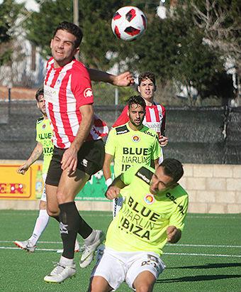 Marc Urbina cabecea un balón.