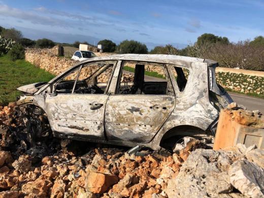 (Fotos) Aparece empotrado y calcinado un vehículo en la carretera de Binibeca