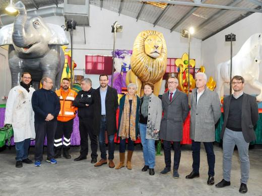 (Fotos) La cabalgata de Maó: 10 carrozas, 800 kilos de caramelos y 250 personas