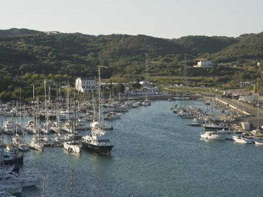 (Fotos) Construyen un pantalán flotante de 140 metros en la Colársega del puerto de Maó