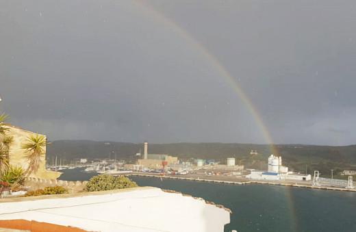 Imagen del arco iris sobre el puerto (Foto: Juan Valdespina)