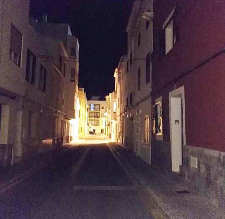 En la calle Concepción de Maó la falta de luz dificulta el tránsito de peatones durante la noche