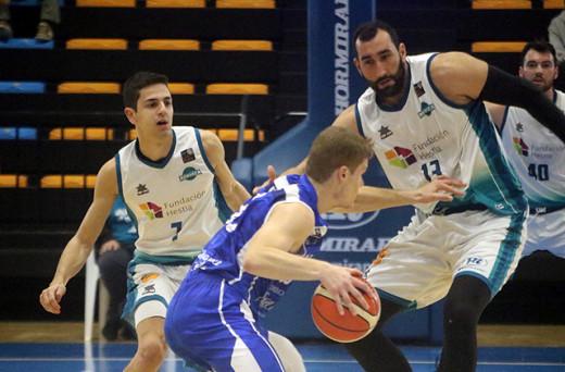 Jan Orfila y Quim Salvans defienden a un rival (Foto: deportesmenorca.com)