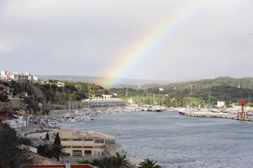 Un arco iris ilumina el puerto de Maó (Foto: Tolo Mercadal)