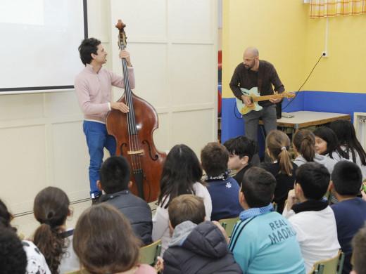 (Fotos y vídeo) El jazz entra en las clases de música de Maó