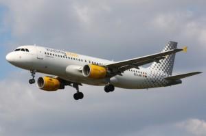 La aerolínea de Álex Cruz también estrena este verano líneas con Málaga y Santiago.