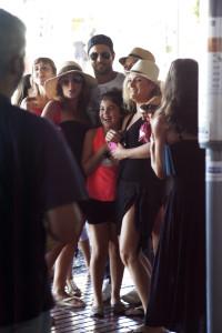 Las seguidoras del cantante quisieron fotografías con él. FOTO: A.Gallego.