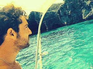 El cantante, navegando por la costa de Ciutadella.